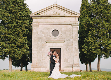 couple pose in tuscany field
