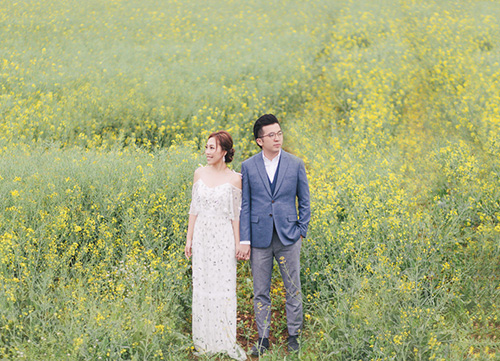 couple in stand in green meadow during pre wedding shoot