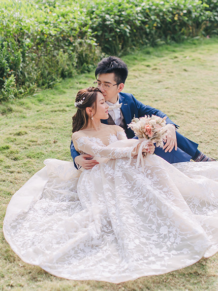 couple sitting on grass during pre wedding photography
