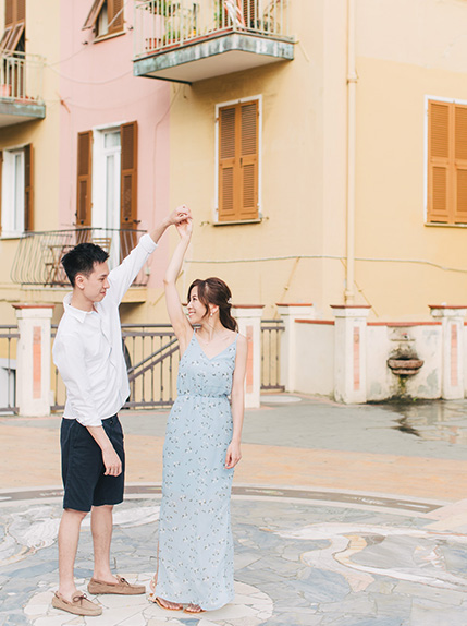 couple dance in the streets of lake como