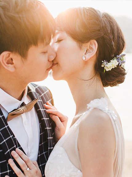 couple kissing in sunlight during photo session