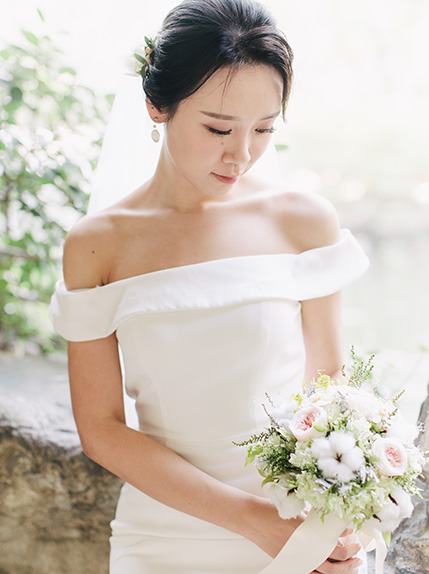bride poses look and wedding bouqet in wedding dress
